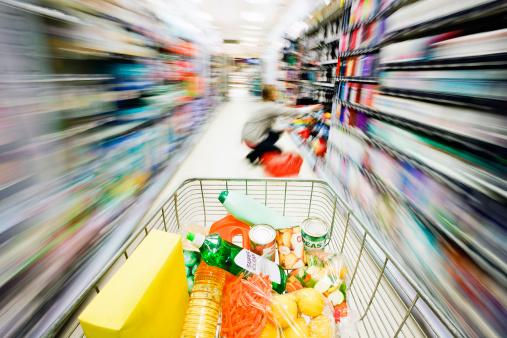 Snel met winkelwagen door de supermarkt