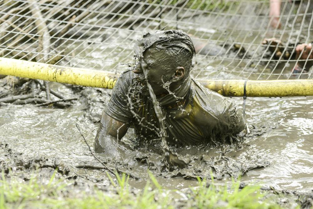 In de modder spelen